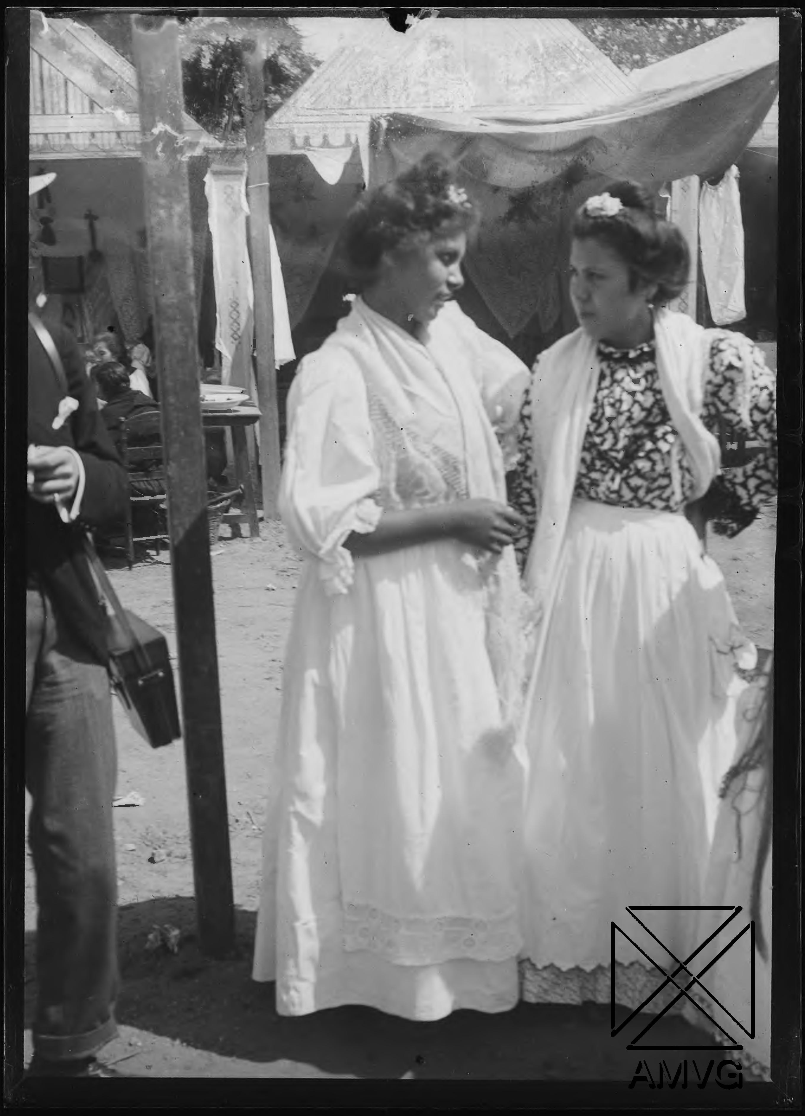 Dos mujeres en la Feria de Abril, Sevilla
