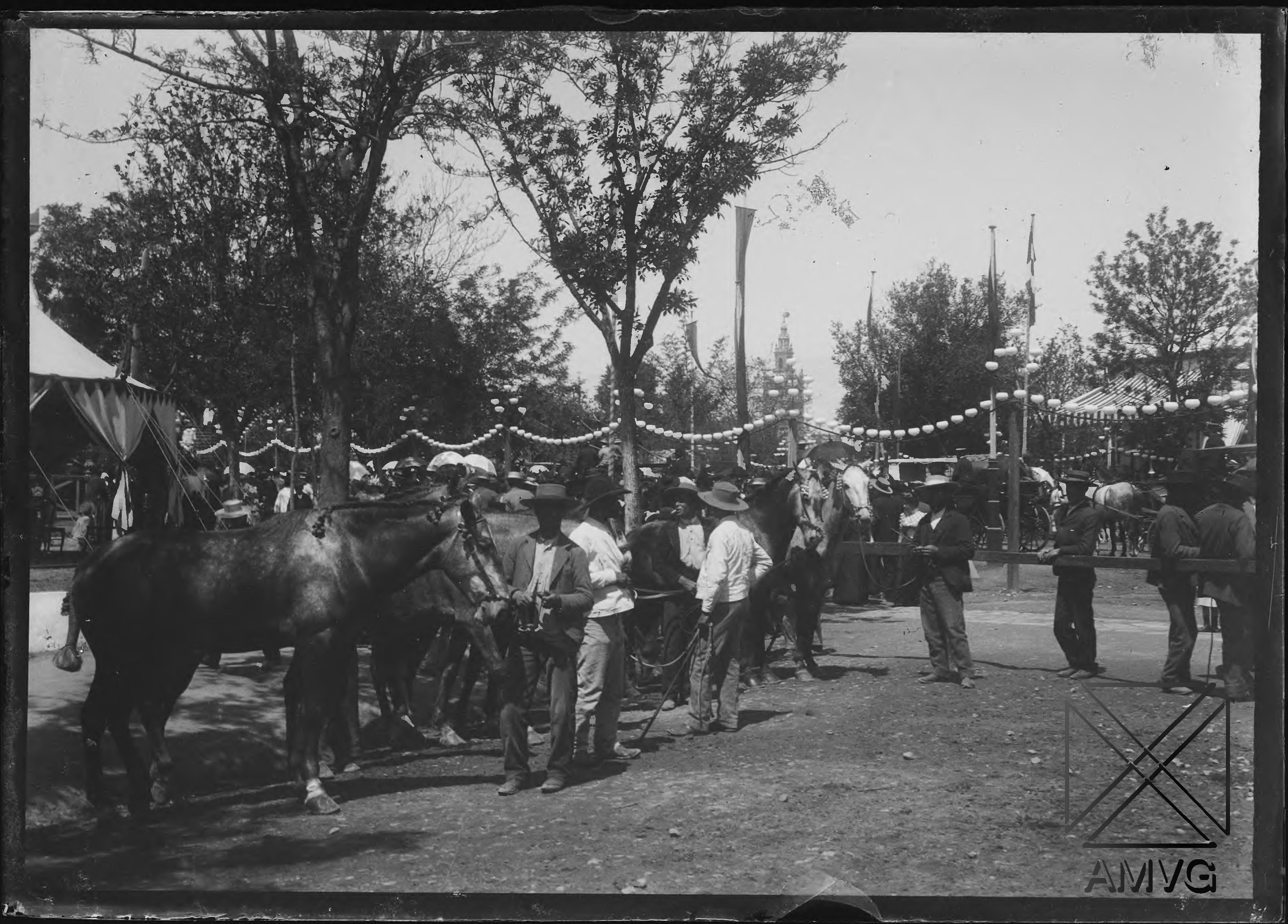 Caballos y grupos de hombres en la Feria de Sevilla
