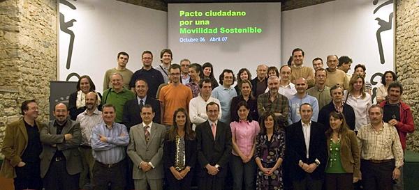 Foto de las personas firmantes del Pacto Ciudadano por la Movilidad Sostenible