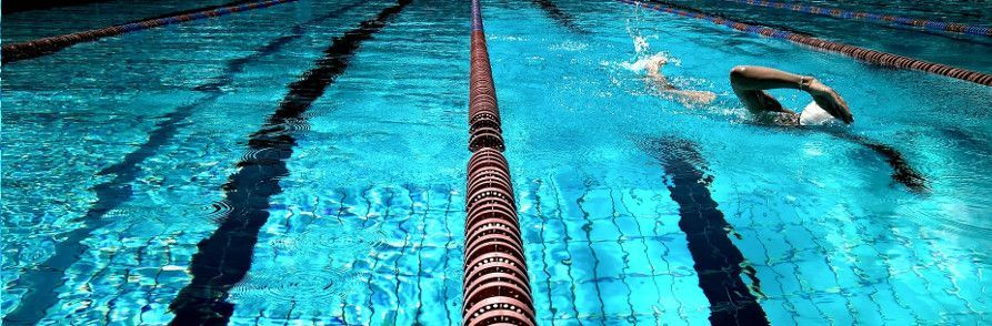 Persona nadando en piscina cubierta