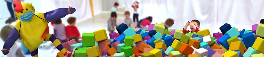 Mascota Kirika y niñas y niños jugando