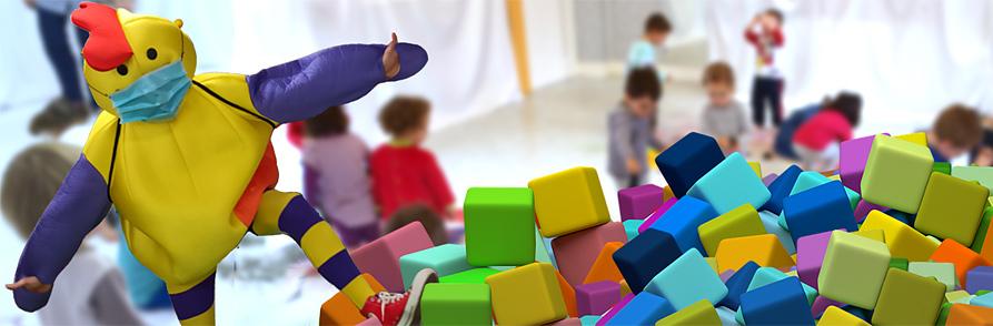 Mascota Kirika jugando con niñas y niños
