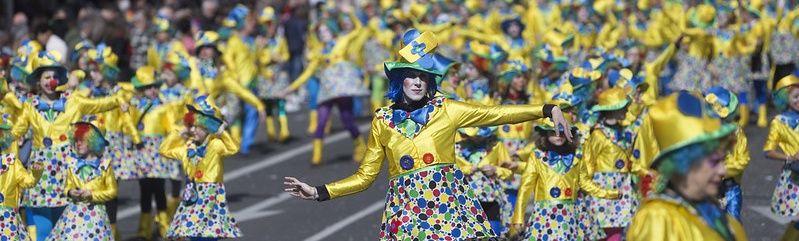 Comparsa de payasos de colores en la calle La Paz de Vitoria-Gasteiz