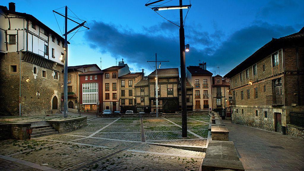 The Burullería Square at night