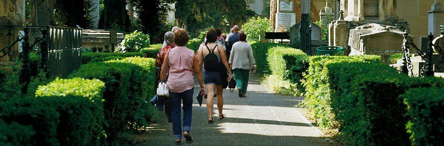 Personas caminando en el cementerio de Santa Isabel