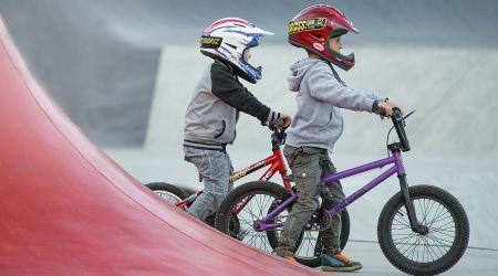dos niños mayores de cinco años con bicicletas