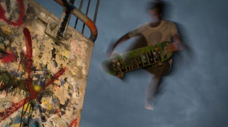 skateboard egiten ari den gazte baten irudia