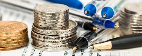 Monedas y bolígrafos