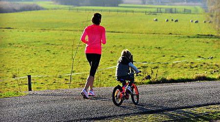 Madre e hijo haciendo deporte