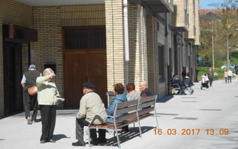 Personas mayores en un banco