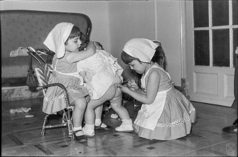 Niñas jugando a enfermeras