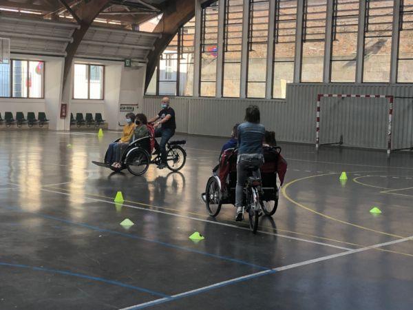 Personas voluntarias practicando con las cargo bikes